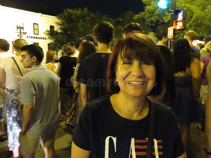 Mujer feliz de Latina en Georgetown después de los fuegos artificiales fotografía de archivo libre de regalías