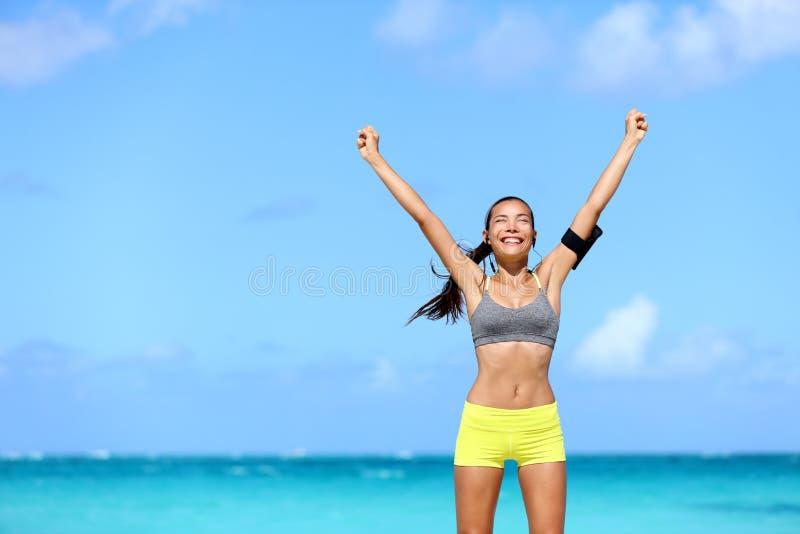 Mujer feliz del éxito - logro de las metas de la aptitud foto de archivo