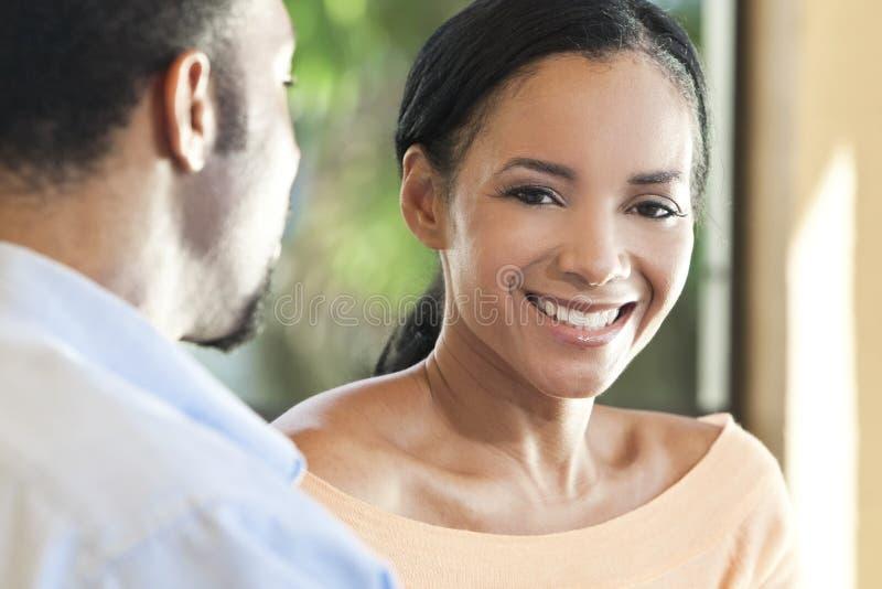 Mujer feliz del afroamericano que sonríe a la cámara foto de archivo