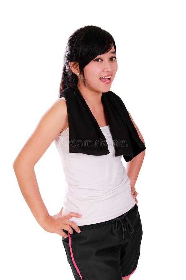 Mujer feliz del ajuste en la presentación de la ropa de deportes imagen de archivo libre de regalías