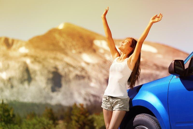 Mujer feliz del coche de la libertad en viaje del viaje por carretera del verano fotografía de archivo libre de regalías
