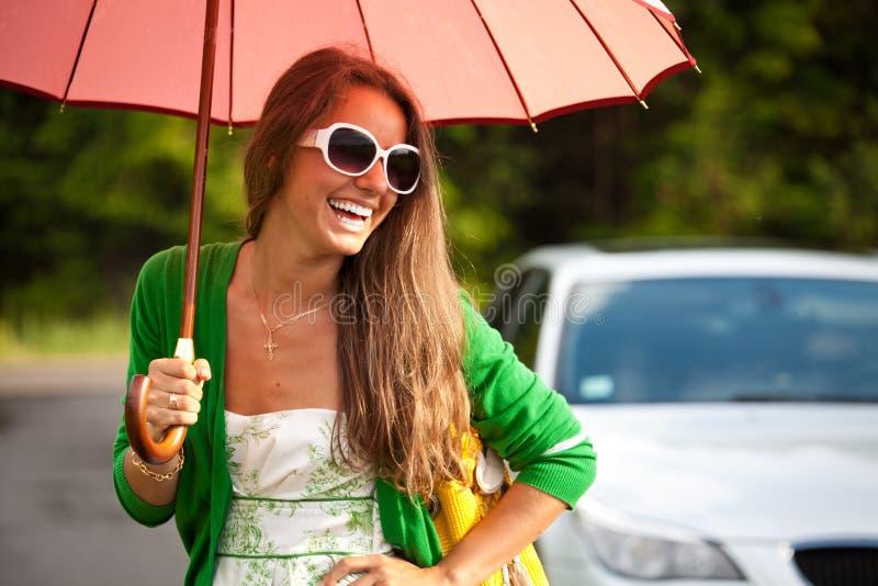 Mujer feliz del encanto debajo del paraguas fotos de archivo
