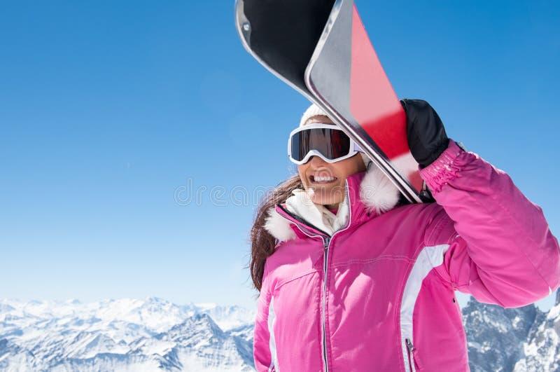 Mujer feliz del esquiador foto de archivo libre de regalías