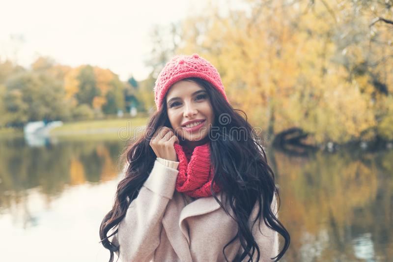 Mujer feliz del otoño en fondo del parque de la caída fotografía de archivo libre de regalías