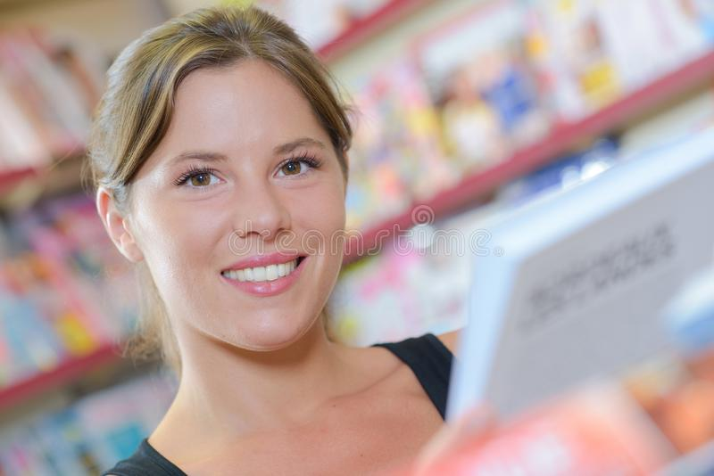 Mujer feliz del retrato imagen de archivo