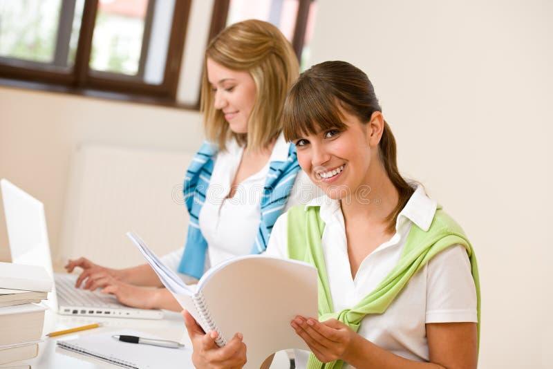 Mujer feliz dos del estudiante en el país - con la computadora portátil fotografía de archivo libre de regalías