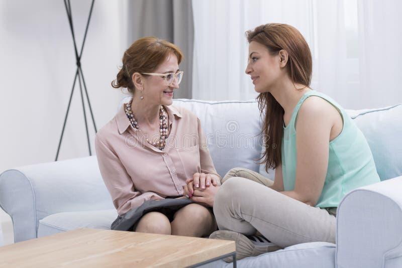 Mujer feliz durante terapia eficaz imagen de archivo
