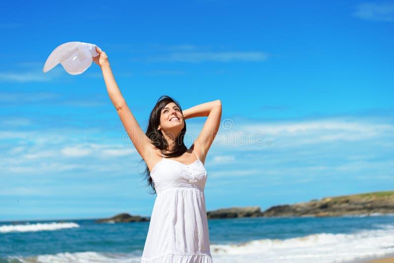Mujer feliz el viaje y vacaciones de la playa fotos de archivo