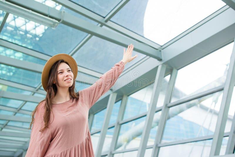 Mujer feliz en aeropuerto internacional dentro fotografía de archivo libre de regalías
