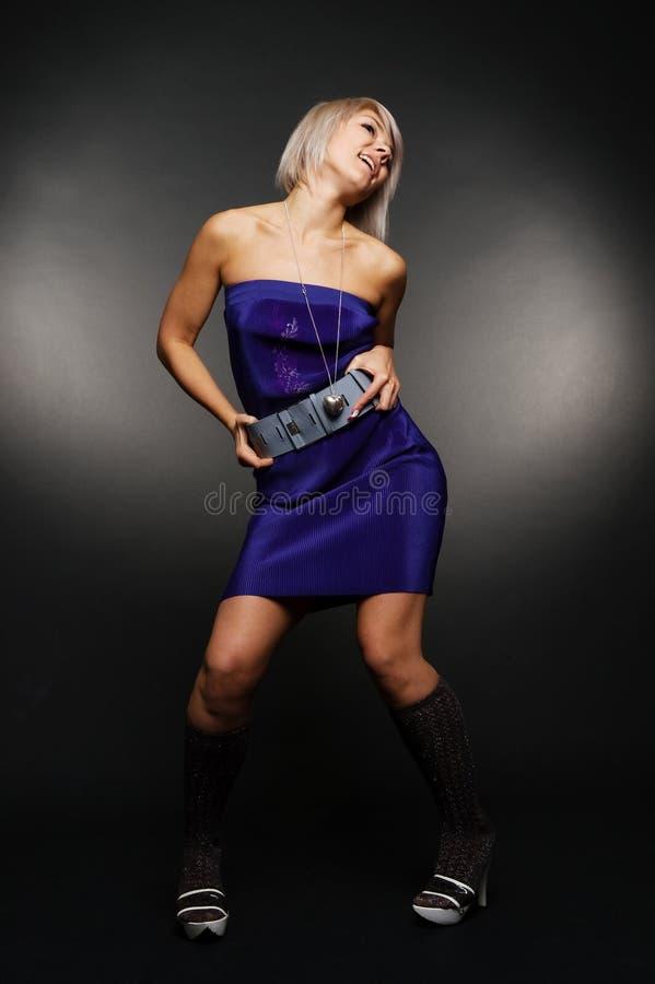 Mujer feliz en alineada azul imagenes de archivo