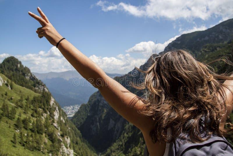 Mujer feliz en alza de la montaña foto de archivo