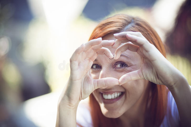 Mujer feliz en amor imagen de archivo