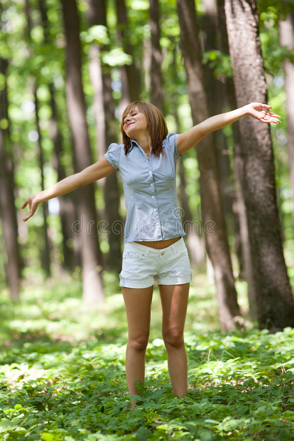 Mujer feliz en bosque fotos de archivo