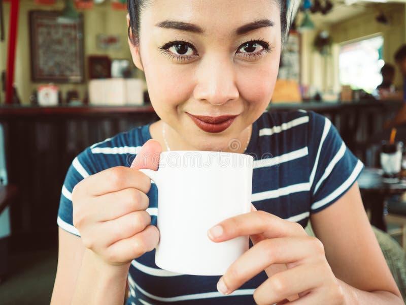 Mujer feliz en café del café foto de archivo libre de regalías
