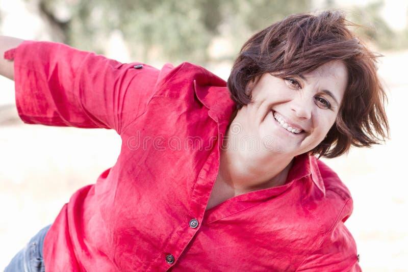 Mujer feliz en campo fotografía de archivo libre de regalías