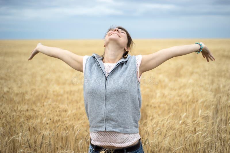 Mujer feliz en campo de trigo imágenes de archivo libres de regalías