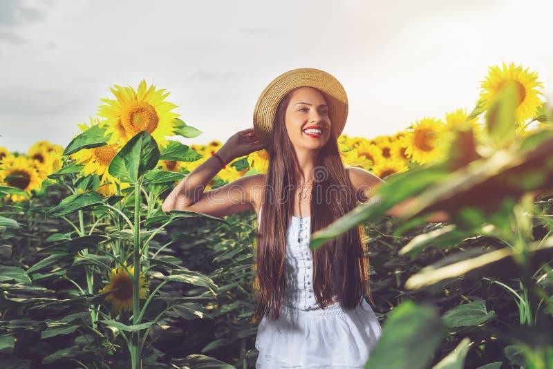 Mujer feliz en campo del girasol fotos de archivo libres de regalías