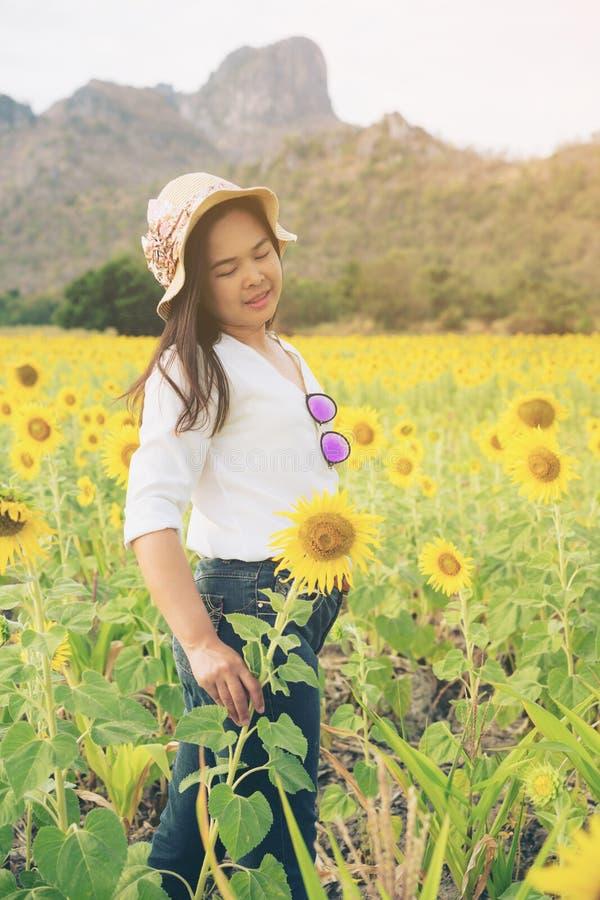 Mujer feliz en campo del girasol que sonríe con felicidad fotografía de archivo libre de regalías