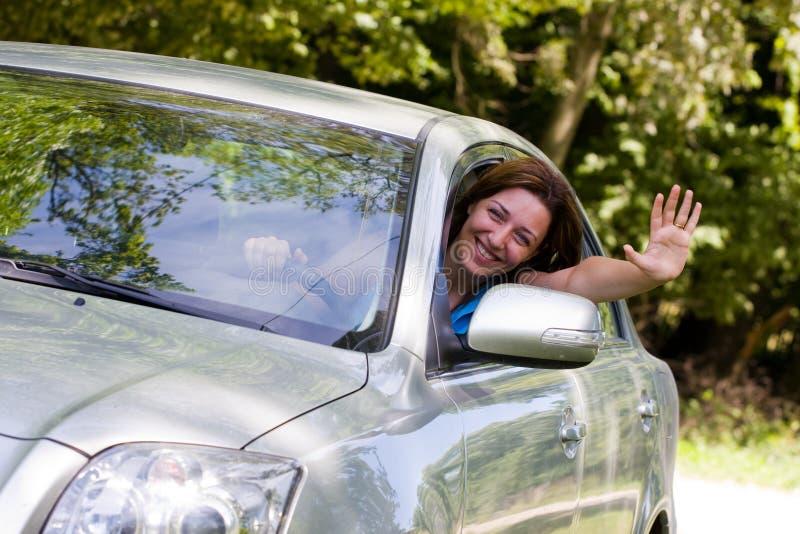 Mujer feliz en coche fotos de archivo