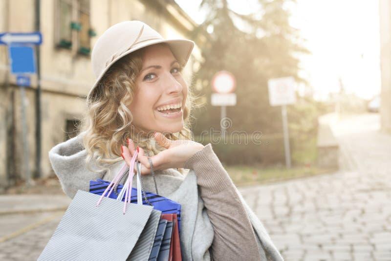 Mujer feliz en compras foto de archivo libre de regalías