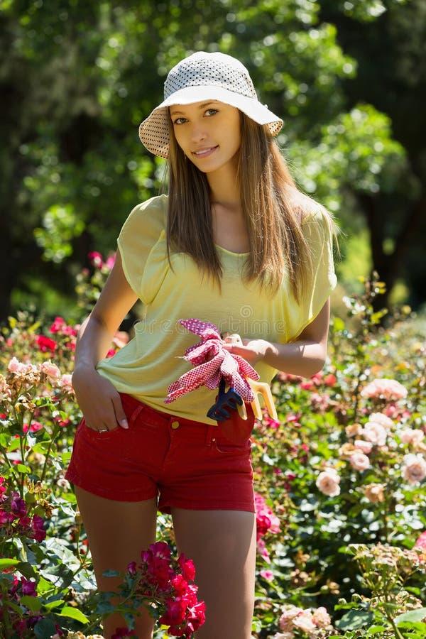Mujer feliz en cultivar un huerto de la yarda fotografía de archivo libre de regalías