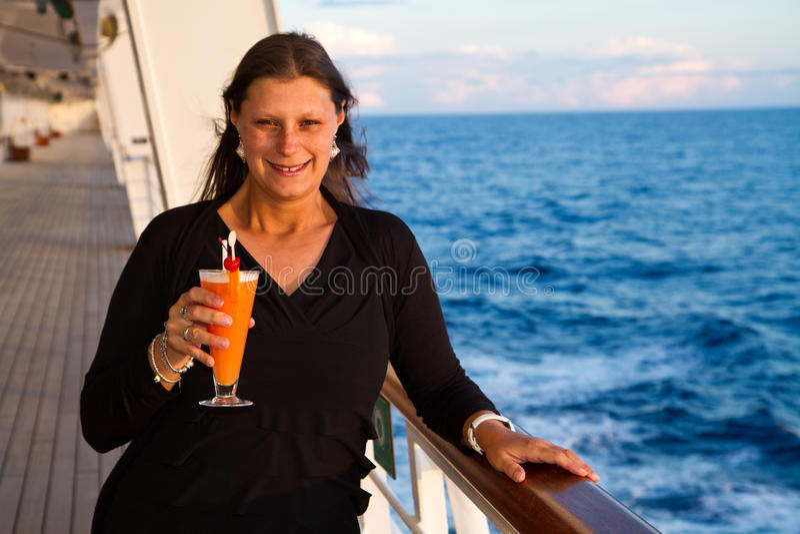 Mujer feliz en el barco de cruceros imagen de archivo