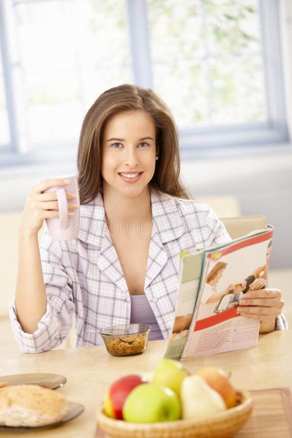 Mujer feliz en el desayuno con el compartimiento foto de archivo libre de regalías