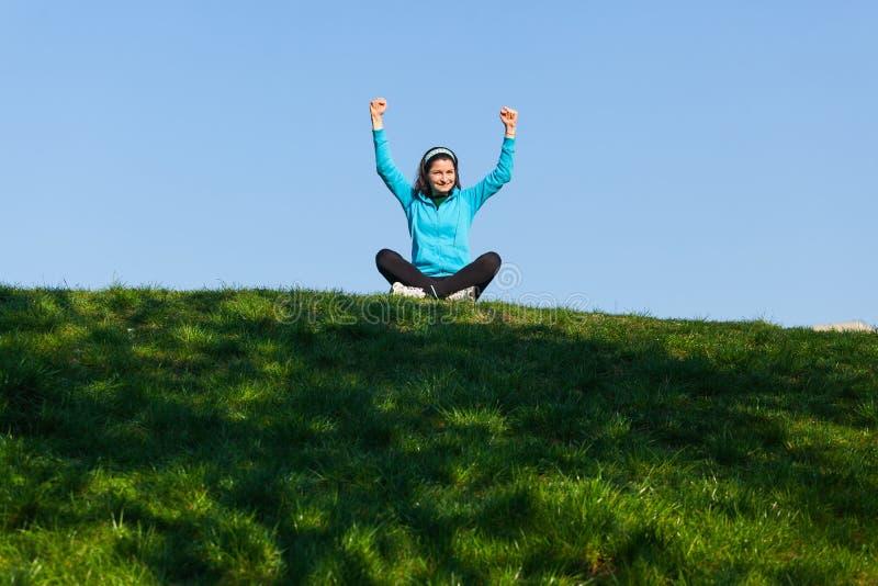 Mujer feliz en el parque fotos de archivo libres de regalías