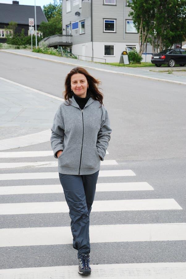 Mujer feliz en el paso de peatones foto de archivo libre de regalías