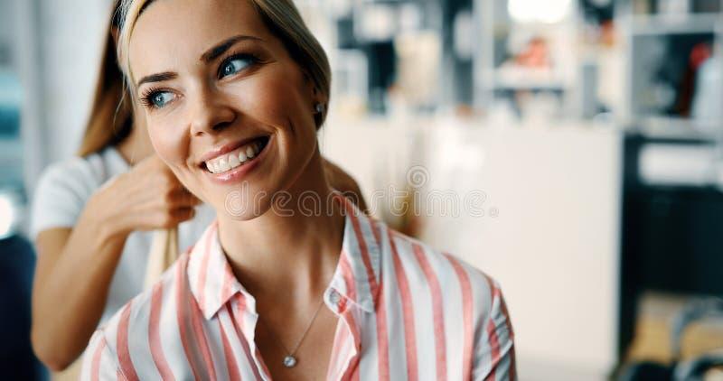 Mujer feliz en el salón de pelo fotos de archivo libres de regalías