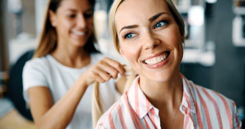 Mujer feliz en el sal?n de pelo imagenes de archivo