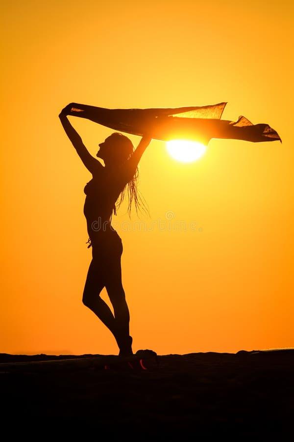 Mujer feliz en el sol fotografía de archivo