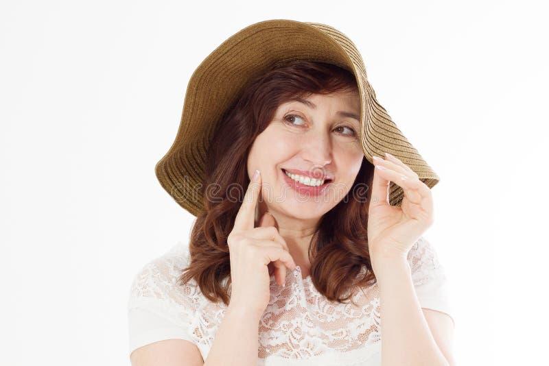 Mujer feliz en el sombrero del verano aislado en el fondo blanco Cuidado de piel de la protección de Sun y concepto de los días d foto de archivo