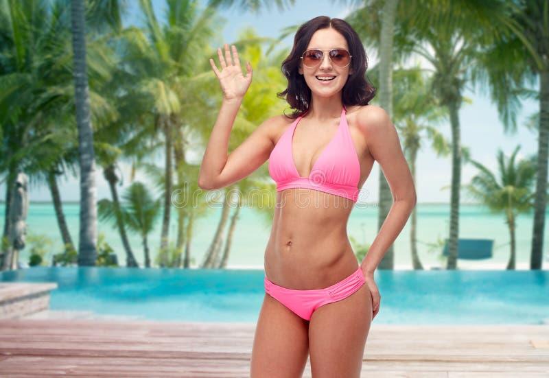 Mujer feliz en gafas de sol y bikini en la playa imágenes de archivo libres de regalías