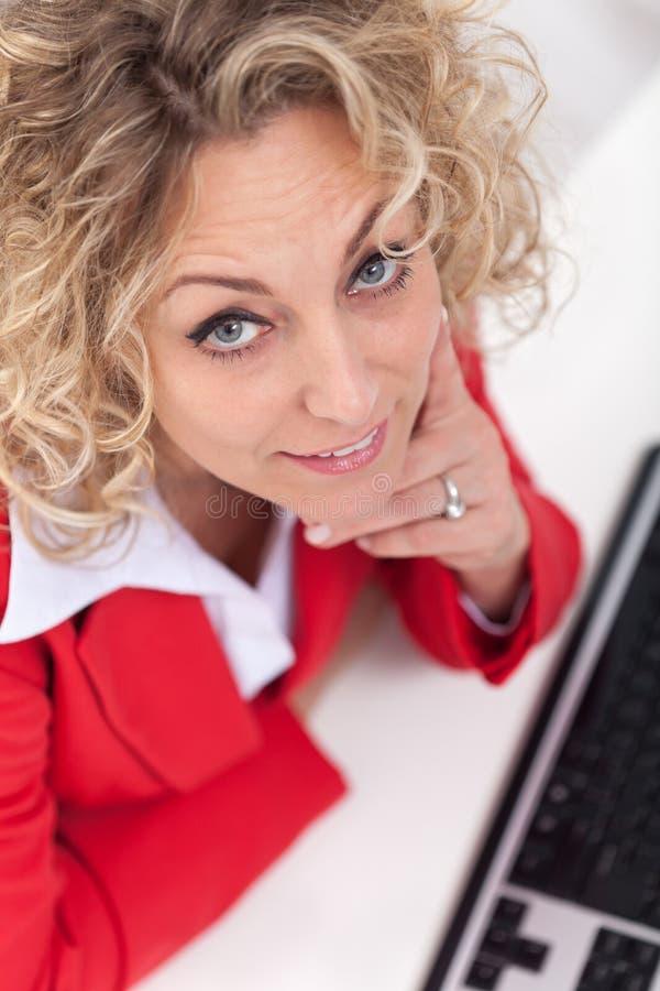 Mujer feliz en la oficina que mira para arriba fotografía de archivo libre de regalías