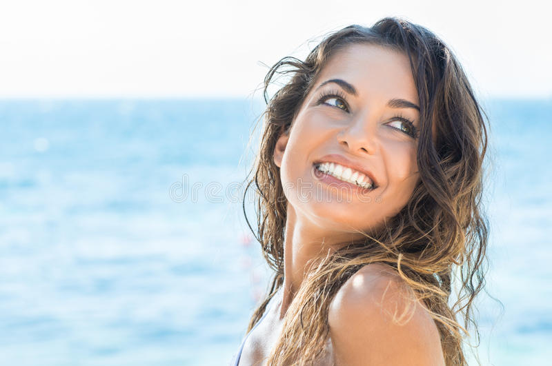 Mujer feliz en la playa foto de archivo