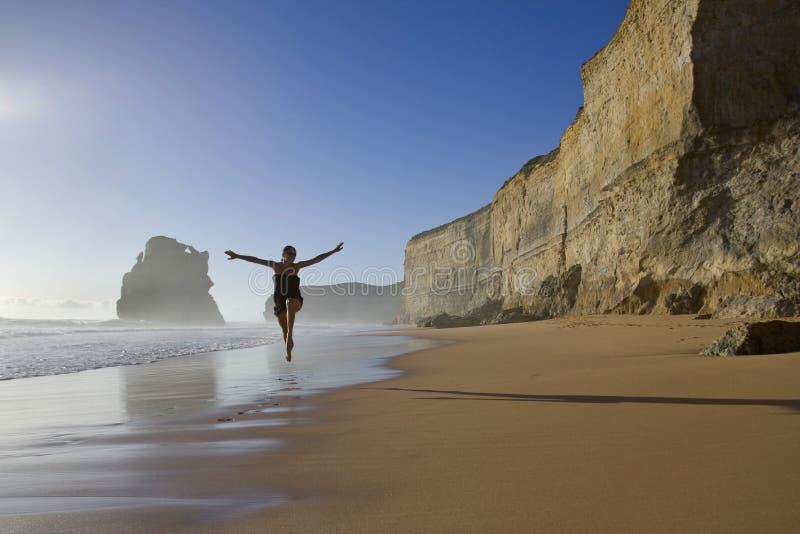 Mujer feliz en la playa imagen de archivo libre de regalías