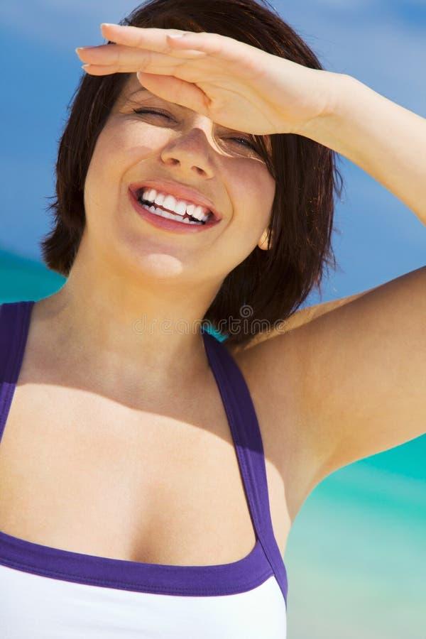 Mujer feliz en la playa imagen de archivo
