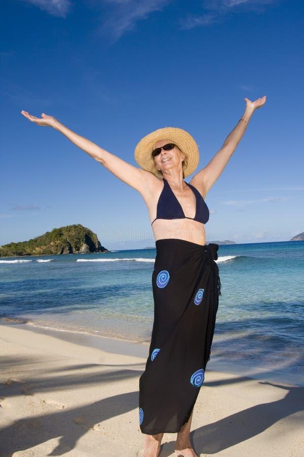 Mujer feliz en la playa foto de archivo libre de regalías