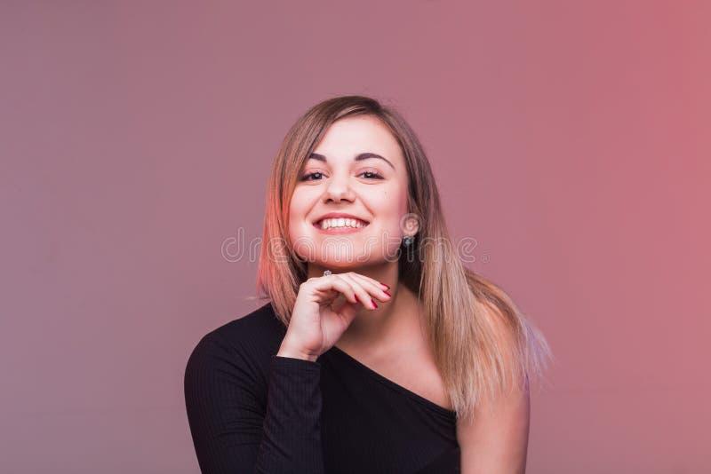 Mujer feliz en la playa Muchacha bonita joven Mujer sonriente joven imagen de archivo
