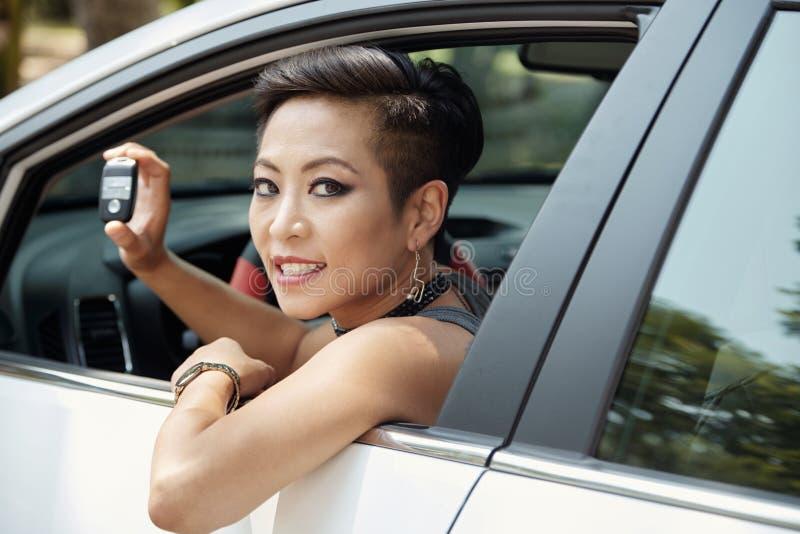 Mujer feliz en nuevo coche foto de archivo libre de regalías