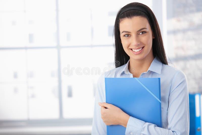 Mujer feliz en oficina imágenes de archivo libres de regalías