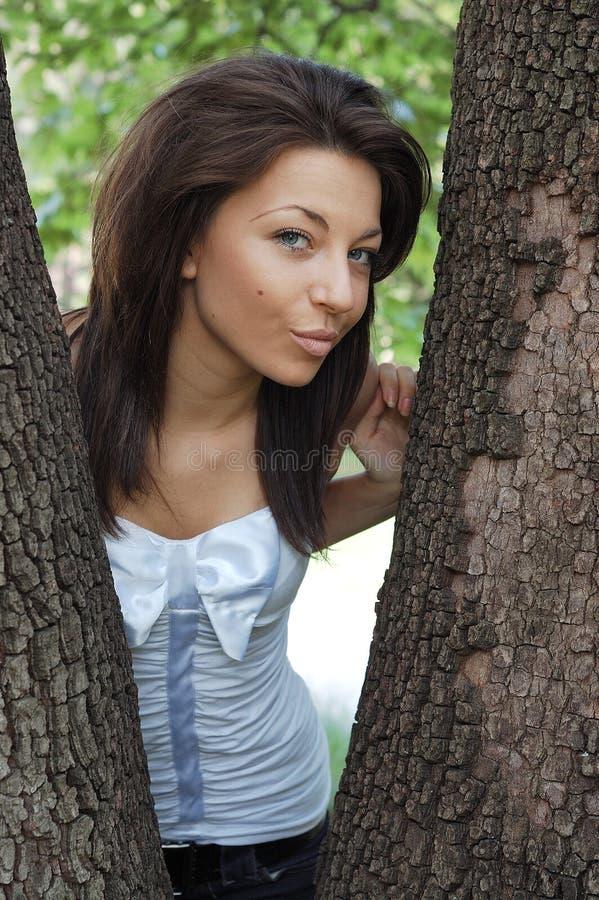 Mujer feliz en parque imagen de archivo libre de regalías