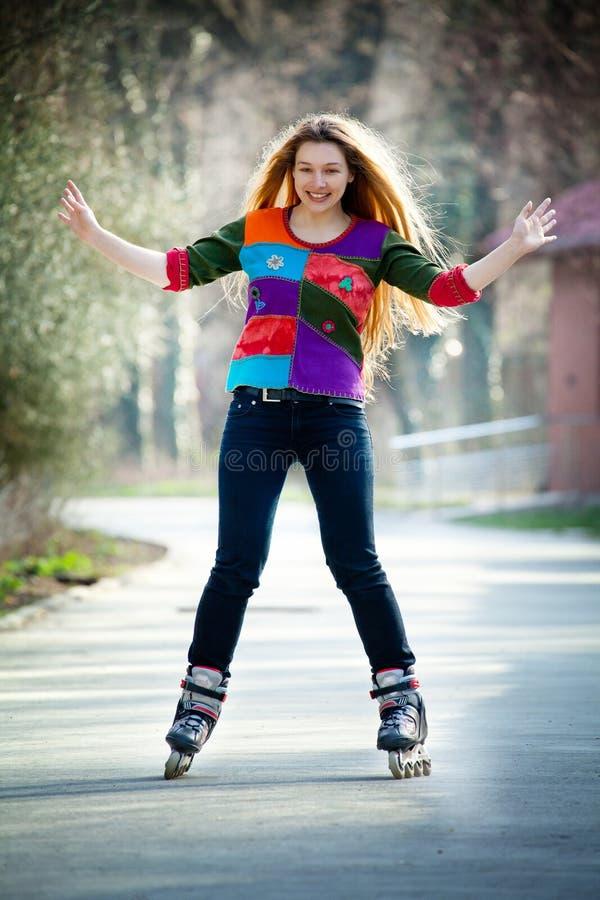 Mujer feliz en pcteres de ruedas imagen de archivo