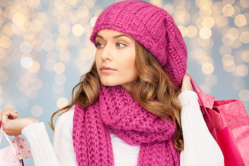 Mujer feliz en ropa del invierno con los panieres imagen de archivo libre de regalías