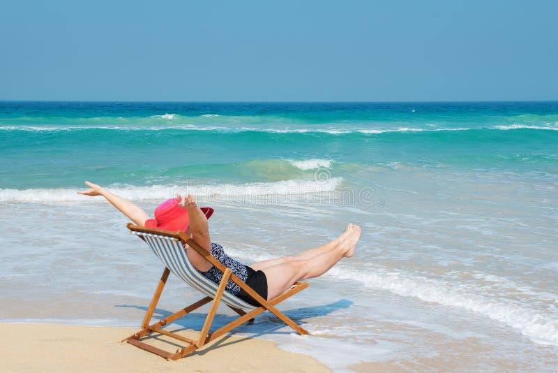 Mujer feliz en sunhat rojo en la playa fotos de archivo libres de regalías