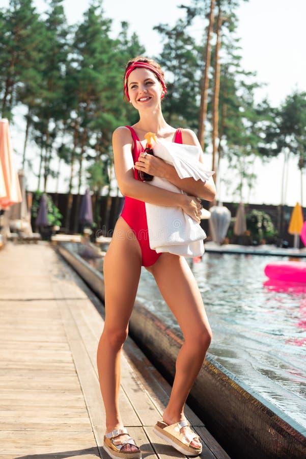 Mujer feliz encantada que tiene vacaciones de verano imagen de archivo