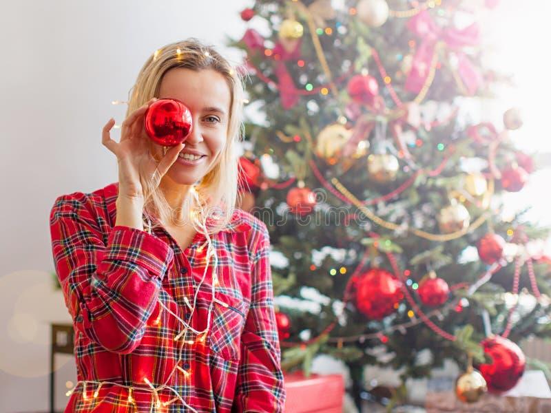 Mujer feliz envuelta en luces de la Navidad fotografía de archivo