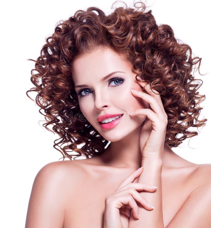 Mujer feliz hermosa con el pelo rizado moreno fotografía de archivo