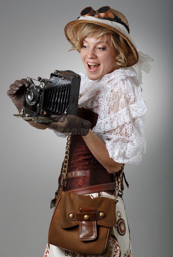 Mujer feliz hermosa con la cámara retra imagenes de archivo
